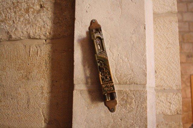 המזוזה הינה מצווה אשר העם היהודי רוחש כלפיה חיבה מיוחדת