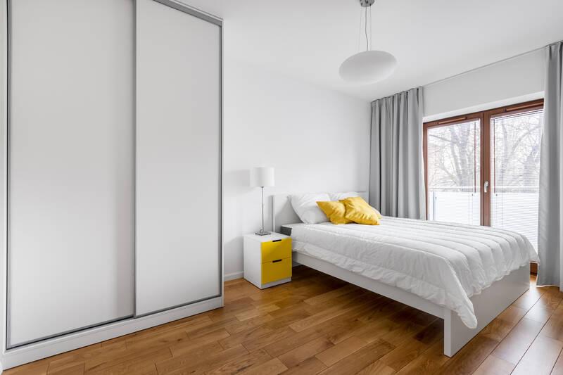דלת הזזה או פתיחה רגילה ? מה מתאים לחדר שינה