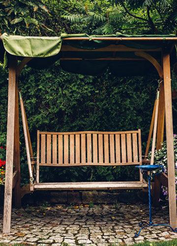 נדנדת עץ לגינה – כל היתרונות