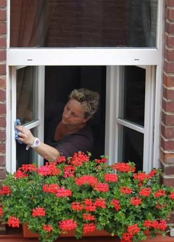 ניקוי חלונות מבחוץ כך תעברו את המשימה בשלום