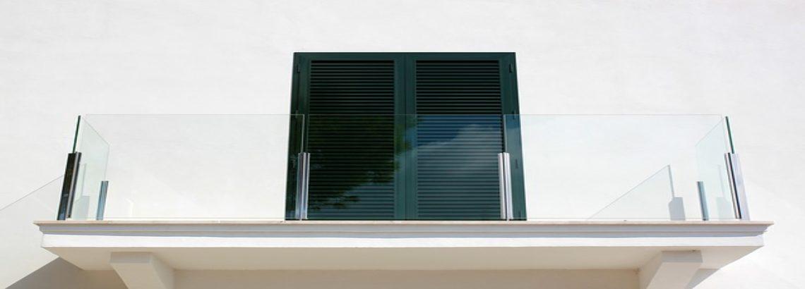 מעקה זכוכית שתול – יוקרה מטפסת מהרצפה